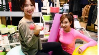 2018년 1월 새해를 맞아 서울 중구 롯데마트 서울역점에서 모델들이 다양한 피트니스 용품을 선보이고 있다