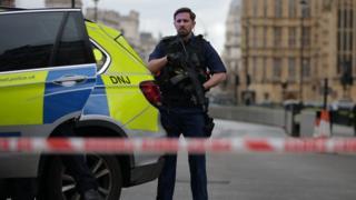 英國議會大廈外面發生槍擊事件,警方封鎖現場及周邊地段。