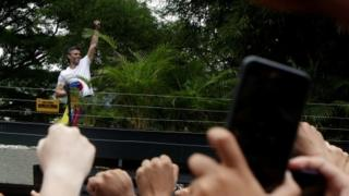 Venezuela's opposition leader Leopoldo Lopez salutes supporters outside his home in Caracas (07 July 2017)