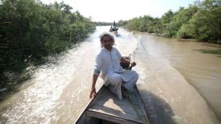 Man on a boat in the Iraqi Marshlands (14/07/16)