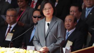 Taiwanese President Tsai Ing-wen (C)