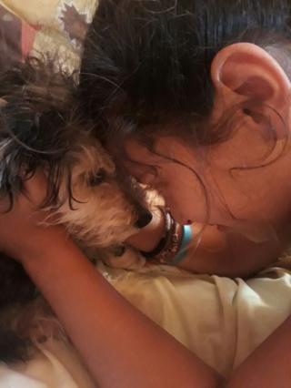 Niña con un perrito