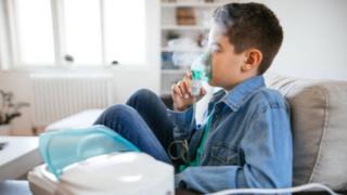 Garoto realiza nebulização