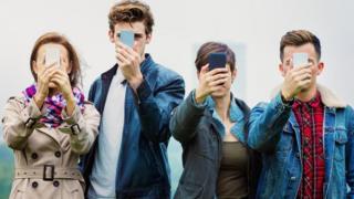 Підлітки зі смартфонами