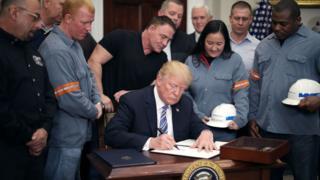 Дональд Трамп подписывает указ о тарифах на сталь и алюминий