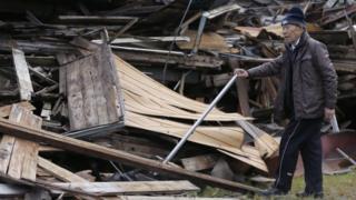 地震で倒壊した阿蘇市の家屋(17日)