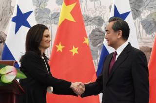 中国外长王毅6月13日在北京与巴拿马副总统兼外长德圣马洛签署了两国建交的联合公报。