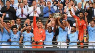 Man City players cari Community Shield trophy