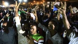 Les manifestants soudanais se réjouissent après la conclusion d'un accord avec le conseil militaire pour transférer le pouvoir à une administration civile dans 3 ans.