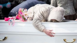 Hai phần ba những người chết được cho là trẻ em, em nhỏ tuổi nhất mới lên hai.