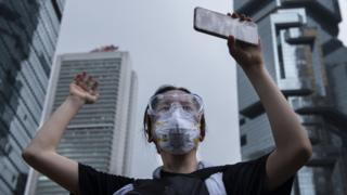홍콩 시위 참가자들은 디지털 발자취를 남기지 않기 위해 여러 노력을 하고 있다
