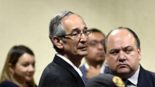 Álvaro Colom (centro) con su abogado Mario Castañeda, 23 de febrero de 2018