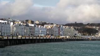 Vista del paseo marítimo de Douglas, la capital de Isla de Man.