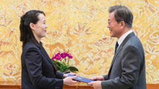 金與正交給文在寅的藍色文件夾裏是她兄長金正恩親筆手寫的邀請信函