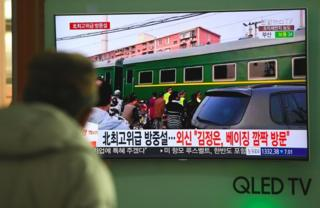 Homem assiste em Seul reportagem na TV sobre trem que teria levado Kim Jong-un a Pequim