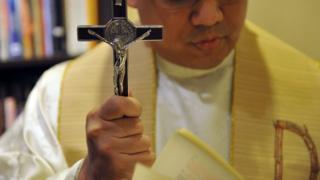 Filipinski sveštenik, poglavar Kancelarije za egzorcizam u Manili, molitva, mart 2011. godine