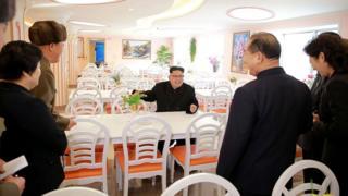 Kim Jong-un sentado en el comedor de un hotel
