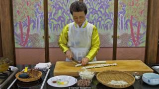 Tiến sĩ Sook-ja Yoon chuẩn bị món tteokguk tại Viện Thực Phẩm Truyền Thống Hàn Quốc ở Seoul.