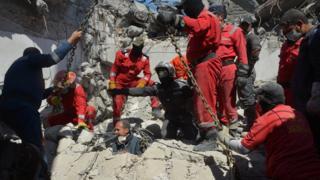 أفراد الإنقاذ يفتشون عن جثث الضحايا بين الحطام بعد غارة جوية للتحالف