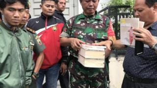 Aparat mengamankan buku berunsur PKI di Padang