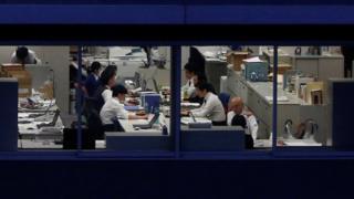 Trabalhadores em escritório no Japão