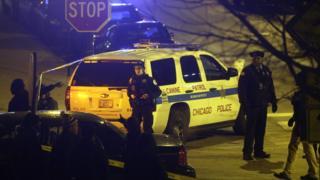 """افسران پلیس در پی تیراندازی در بیمارستان """"مرسی"""" در شیکاگو به نگهبانی از بیمارستان پرداختهاند."""