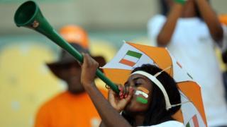 Une supportrice ivoirienne soufflant dans son vuvuzela en 2013 (image d'archives)