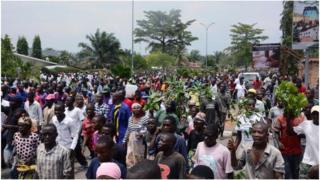 Raia nchini Burundi wakiandamana barabarani, Bujumbura
