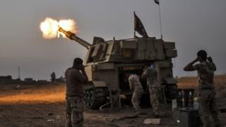 モスル近くの村に砲撃するイラク軍