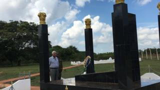 निवृत्त मेजर जनरल शौनान सिगं पलाली येथील शांतीसेना स्मृतीस्थळानजीक.