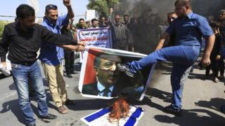 متظاهرون يحرقون صورة اردوغان وعلم اسرائيل