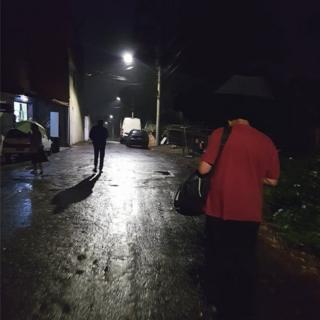 Ludovico caminha da casa para o ponto de ônibus em São Mateus
