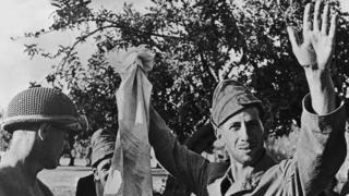 Итальянские солдаты сдаются в плен соэзникам на Сицилии 9 июля 1943 года