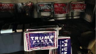 Señales de campaña en el interior de la sede republicana en el condado Orange en Hillsborough, Carolina del Norte, el 16 October de 2016.