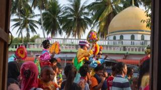 เด็ก ๆ หมู่บ้านมดตะนอย จ.ตรัง จะแต่งตัวด้วยชุดสวยงาม เพื่อทำพิธีแห่รอบหมู่บ้านก่อนเข้าสุหนัตหมู่