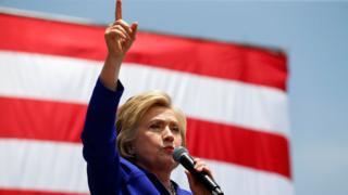 Hillary Clinton ergue o braço durante discurso na Califórnia em junho de 2016