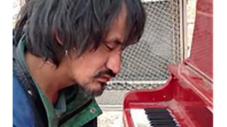 繁華街の路上でピアノを弾く姿が有名になったライアン・アーカンドさん(カナダ・エドモントン)