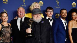 """Жорж Мартиндин «Муз жана от ыры» деген чыгармасынын негизинде тартылган """"Такты оюндары"""" (Game of Thrones) сериалы 2011-жылдан бери НВО тарыхындагы эң популярдуу сериал болуп жатат."""