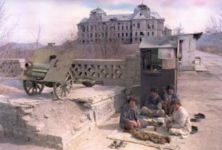 په ۱۹۵۵ کال کې د جهادي تنظيمونه وسله والو دارالامان ماڼۍ په دروازه کې سنګر نيولی