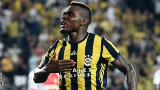 L'ancien attaquant nigérian Emmanuel Emenike a rejoint les champions grecs Olympiakos, en provenance du club turc de Fenerbahce.