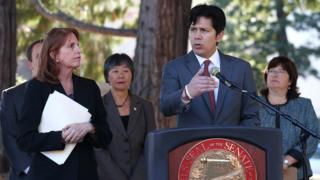 Thượng nghị sĩ bang California, Kevin de Leon (phải), chủ tịch Ủy ban Nhà lập pháp Á Châu Thái Bình Dương