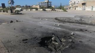 صورة لمكان انفجار داخل القاعدة العسكرية السورية جراء القصف الأمريكي
