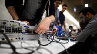 Un participant connecte son ordinateur pour participer à un concours de piratage en 2014, à Genève.