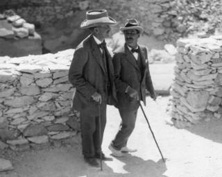 Открывший гробницу Тутанхамона египтолог Говард Картер (справа) и финансировавший его экспедицию лорд Карнарвон во время раскопок в Долине Царей. 1922 год