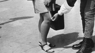 полицейский замеряет длину юбки в Израиле (1969 год)