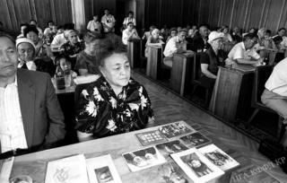 Сталиндик репрессияга кабылгандардын жакындары ошол кездеги президент Аскар Акаев менен жолугушуу учурунда. 1991-жылы тартылган сүрөт