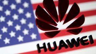 Логотип Huawei на фоне американского флага