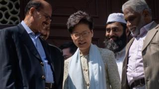香港特首林郑月娥到九龙清真寺,就警方水炮车的行动向当地穆斯林团体致歉。