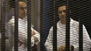 جمال و علا مبارک در سال ۲۰۱۳ در دادگاه رسیدگی به اتهامهای اقتصادی آنها