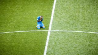 Neymar llora en el campo de juego.